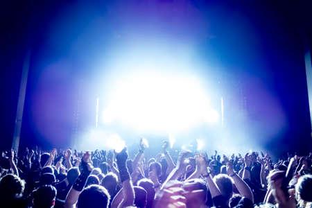 Sagome di folla concerto davanti a luci palco luminoso Archivio Fotografico - 29458434