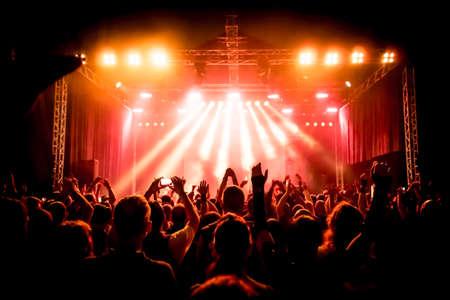 concierto de rock: siluetas de concierto público de luces del escenario brillante Foto de archivo