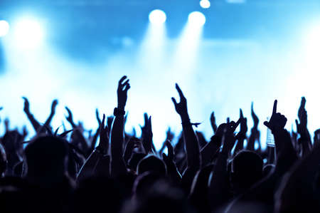 concerto rock: siluetas de concierto público de luces del escenario brillante Foto de archivo