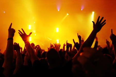 Siluetas de concierto público de luces del escenario brillante Foto de archivo - 29458559