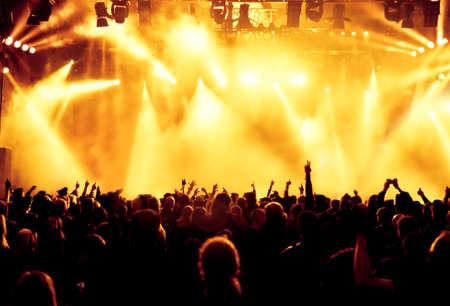 gente bailando: siluetas de concierto público de luces del escenario brillante Foto de archivo
