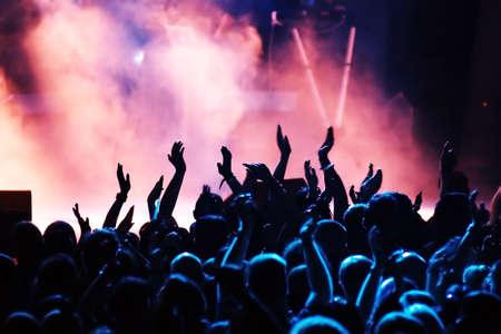 fari da palco: sagome di folla concerto davanti a luci palco luminoso Archivio Fotografico
