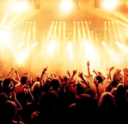 Sagome di folla concerto davanti a luci palco luminoso Archivio Fotografico - 29458582
