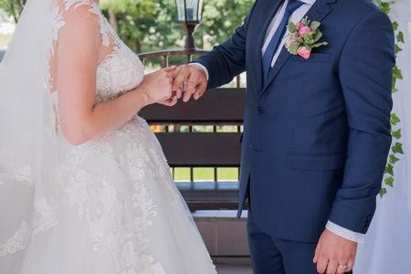 Braut und Bräutigam tragen bei der Zeremonie Ringe