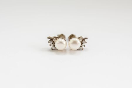 earrings with pearls on white background Standard-Bild