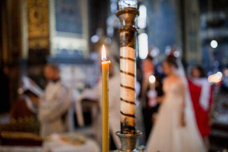 Kerzen bei der Hochzeit von Braut und Bräutigam