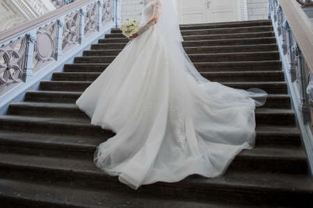 bride in wedding dress in an old building 免版税图像
