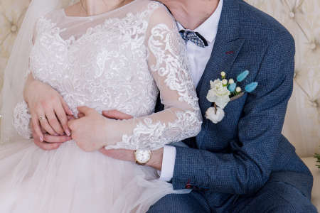 groom and bride sitting in chair together Archivio Fotografico