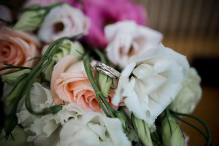 wedding rings with beautiful bridal bouquet Imagens
