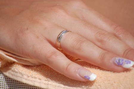 wedding ring on woman's hand with manicure 版權商用圖片