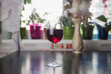 glass of red wine on the kitchen table Standard-Bild