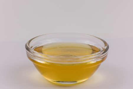 a glass bowl with fresh golden liquid honey Banque d'images