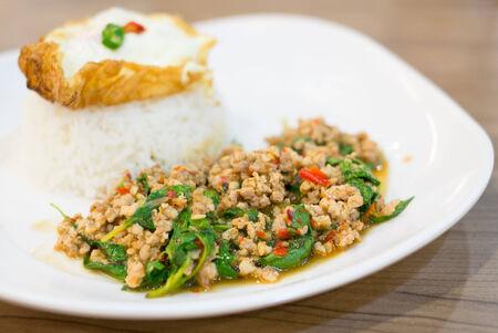 santa cena: Revuelva carne de cerdo picada frita con albahaca santa y el huevo frito Foto de archivo