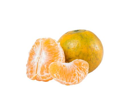 オレンジ色の実 (マンダリン品種サイ Nam Pueng) 白い背景で隔離
