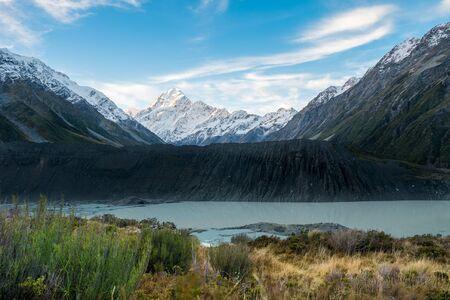Mount Cook and Mueller Glacier Lake from Kia Point Track, Aoraki, South Island, New Zealand Standard-Bild