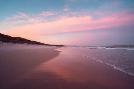 Beautiful summer sunset at Cosy Corner Beach in Albany, Western Australia. Vibrant pink and blue sky with a calm and empty beach. 報道画像