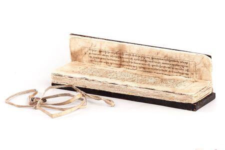 Textes sacrés bouddhistes du Tibet, fabriqués à l'ancienne - sur d'étroites bandes horizontales de papier, écrits en tibétain. Banque d'images