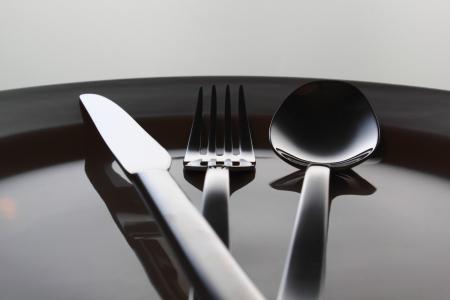 Zilveren vork, mes en lepel op een schotel
