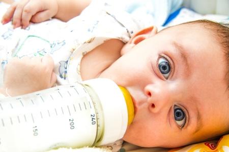 素敵な赤ちゃんの牛乳瓶で授乳 写真素材