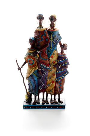 Estatua de la familia tribal compuesta por pareja y 2 chindren Foto de archivo - 75501422