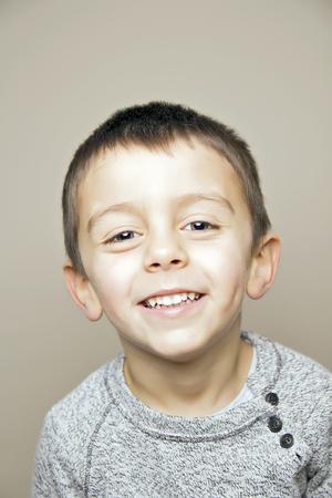 子供がカメラで笑って