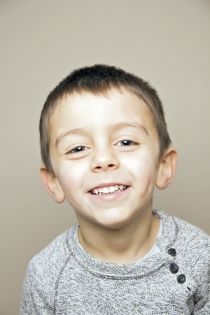 Niño sonriendo a la cámara Foto de archivo - 80887662