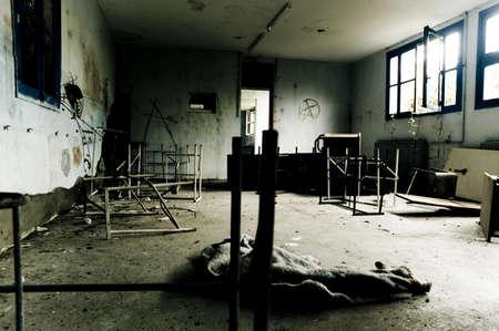 Muebles rotos destrozadas en el piso de un edificio destrozadas  Foto de archivo