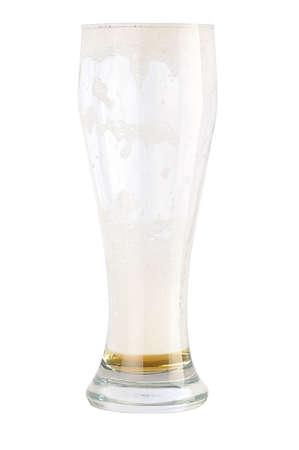 casi: restos de la espuma y la cerveza en el vaso alto