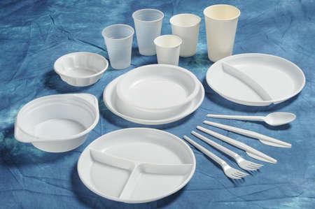 Variedades de platos desechables tazas y cubertería  Foto de archivo