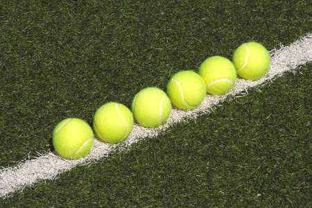 pasto sintetico: Pelotas de tenis amarillas pone en l�nea en la cancha con c�sped sint�tico verde Foto de archivo