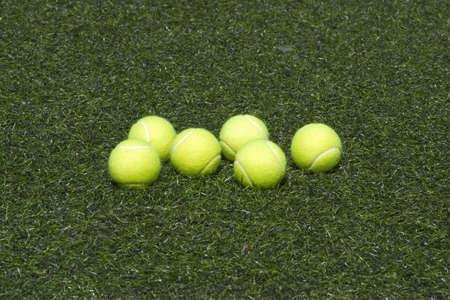 prato sintetico: Sei palle da tennis gialle fissa sul verde erba sintetica Archivio Fotografico