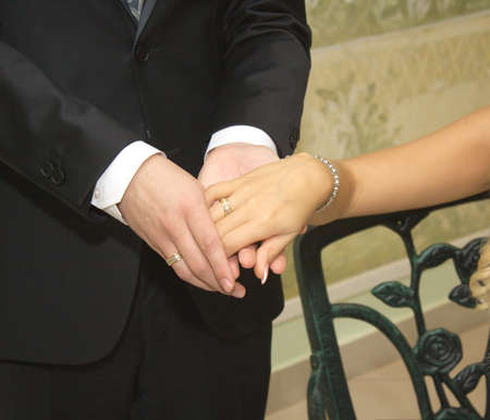 solemnity: Mani della sposa e dello sposo con anelli di nozze closeup coperta Archivio Fotografico