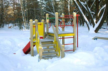 place for children: Lugar para el juego de los ni�os s de los bosques en invierno