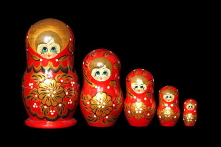 mu�ecas rusas: Cinco pintado de rojo juguetes Mu�ecas rusas de anidaci�n aislado en negro closeup