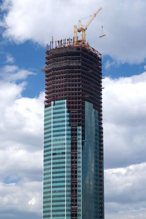 crane parts: Amarillo elevaci�n gr�a torre en la parte superior de la construcci�n de visi�n vertical edificio