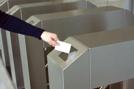 Vrouw s hand zet witte plastic kaart om toegang lezer controle ruimte close-up Stockfoto