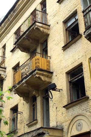 onbewoond: Verlaten onbewoond huis met gebroken ramen vóór de renovatie zijaanzicht verticale foto close-up