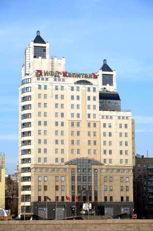Das Hauptquartier der russischen Holding IFD Kapital in Moskau am Krasnopresnenskaya Embankment. Vertikale Foto Tagesansicht