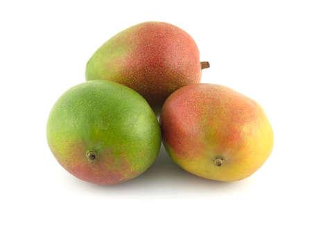 mango: Trzy dojrzałe owoce tropikalne mango na białym bliska