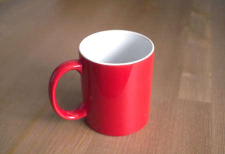 taza cafe: Vac�os t� o caf� tazas rojas de la cer�mica en el fondo de madera marr�n primer