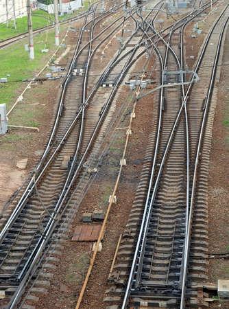 paesaggio industriale: Paesaggio industriale con ferrovia su traversine ferroviarie in cemento, frecce e vista dall'alto attrezzature guida verticale