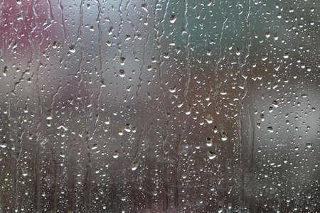 Fond avec des gouttes de pluie sur fond vert se bouchent