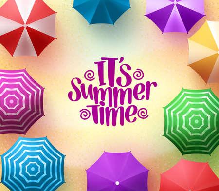 Bunte Sonnenschirme Hintergrund mit Sommerzeit Titel in Sea Shore für die Sommersaison.