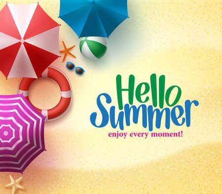 Olá Verão fundo com guarda-chuva colorido, bola de praia e bóias de vida na costa do mar de areia para a temporada de verão.