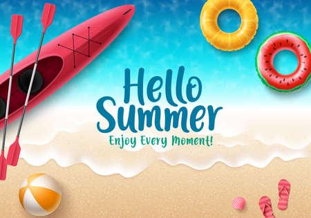 Ciao disegno della bandiera di vettore di estate. Ciao testo estivo con elementi colorati da spiaggia come pallone da spiaggia, infradito, galleggianti e kayak sullo sfondo del mare per scopi stagionali di vacanza. Illustrazione vettoriale.