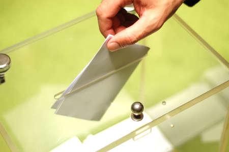 voting box: Mano mettendo una scheda bianca all'interno della scatola, le elezioni concetto