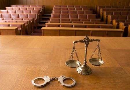 derecho penal: Símbolo de la ley y la justicia en la sala vacía la ley, y el concepto de la justicia