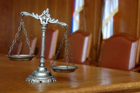 jurado: Símbolo de la ley y la justicia en el concepto de mesa, el derecho y la justicia, se centran en las escalas