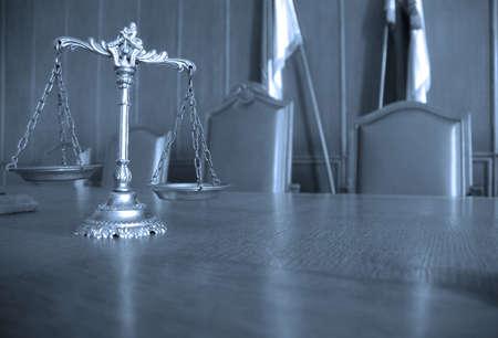 jurado: Símbolo de la ley y la justicia en el concepto de mesa, el derecho y la justicia, se centran en las escalas, tono azul