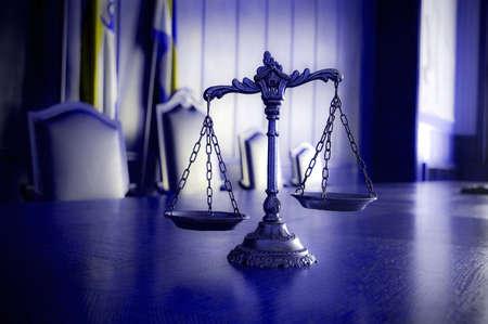jurado: S�mbolo de la ley y la justicia en la sala del tribunal vac�a ley, y el concepto de justicia, tono azul